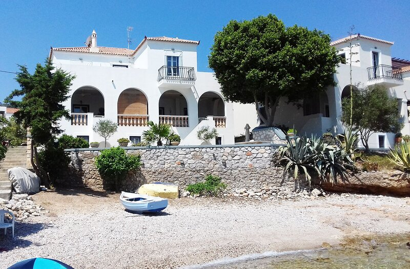 Beachfront Spetses spectacular fully equipped traditional Villa familiesgroups, holiday rental in Aghios Emilianos