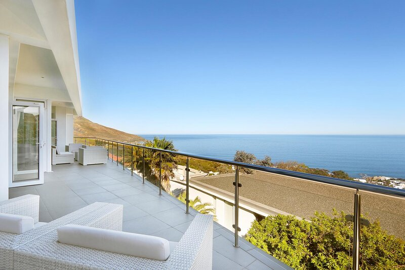 Upper House - Camps Bay, holiday rental in Bakoven