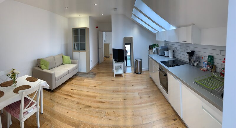 Central 1-bed flat  balcony & gated secure  FREE parking with Fibre WI-FI ULTD, vacation rental in Cambridge