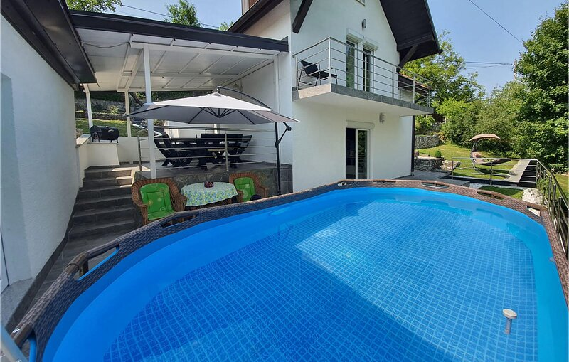 Stunning home in Donji Zvecaj with WiFi, Outdoor swimming pool and 3 Bedrooms (C, holiday rental in Bosiljevo