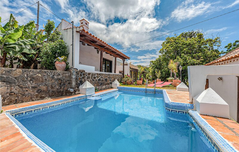 Amazing apartment in Valle de Guerra with Outdoor swimming pool, WiFi and 2 Bedr, holiday rental in Guamasa