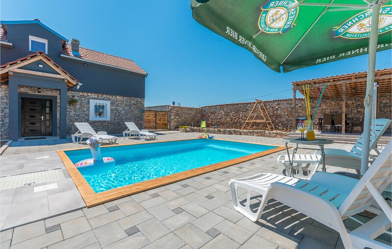 Stunning home in Donje Rastane with Outdoor swimming pool, WiFi and 3 Bedrooms (, holiday rental in Donje Raštane