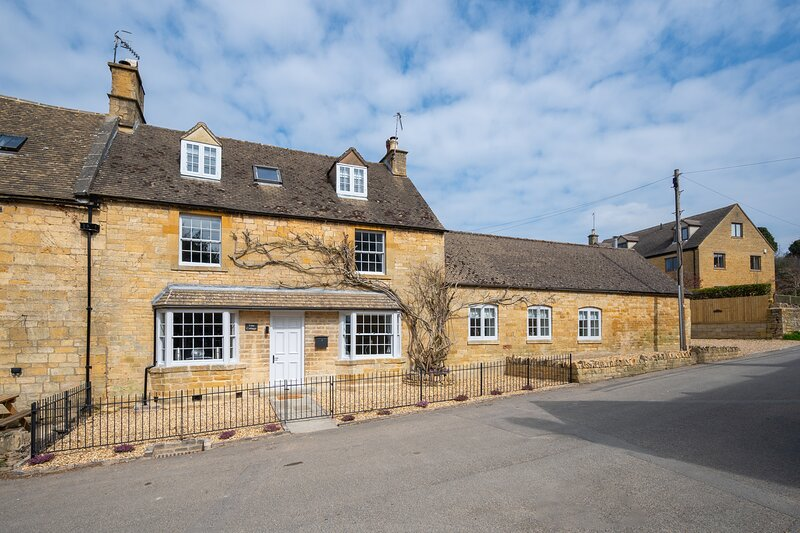 Vine Cottage, a self catering cottage for 8 in Paxford, North Cotswolds., vacation rental in Aston Magna