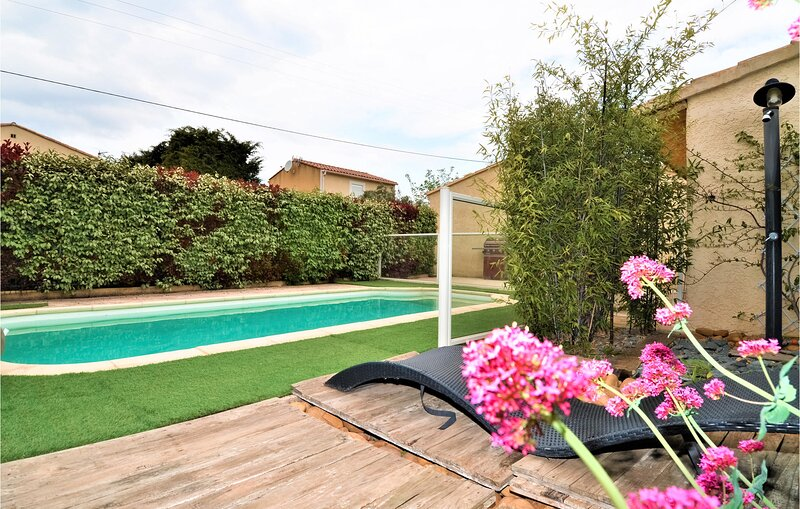 Beautiful home in Rochefort du Gard with Outdoor swimming pool, WiFi and 4 Bedro, holiday rental in Saze