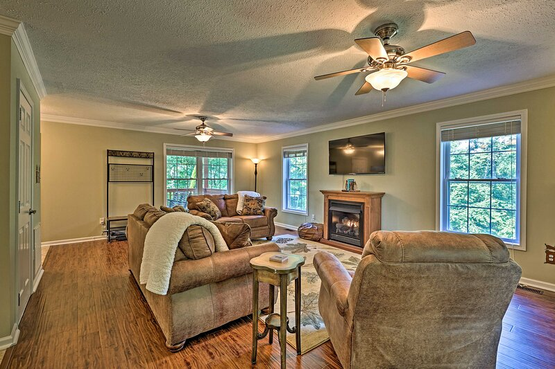 NEW! 'S'more River' Home w/ Blue Ridge Mtn Views!, casa vacanza a Glendale Springs