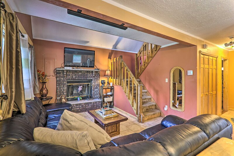 NEW! Family Home w/ Large Deck & Fun-Filled Yard!, vacation rental in Pocono Summit