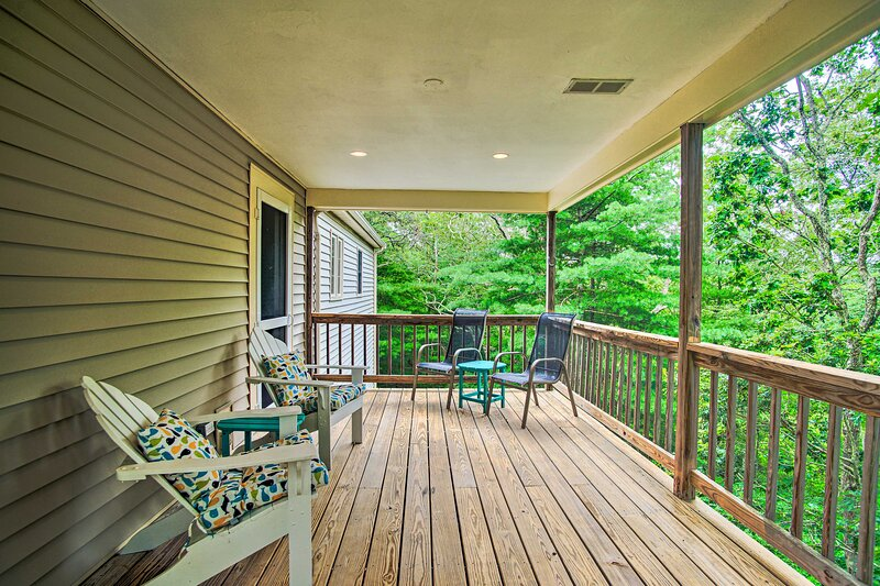 NEW! Cape Cod Home with Deck, 3 Miles to Beaches, holiday rental in Monument Beach