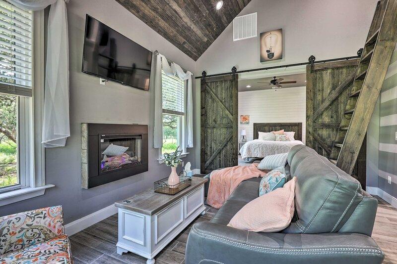 NEW! Cozy Spring Branch Cottage in Hill Country!, aluguéis de temporada em Spring Branch