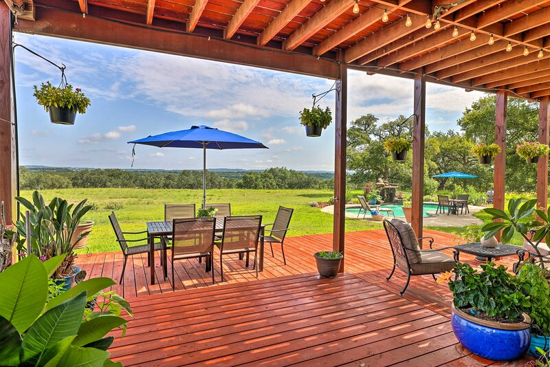 NEW! Extravagant 4,500 Sq Ft Home in Hill Country!, aluguéis de temporada em Spring Branch