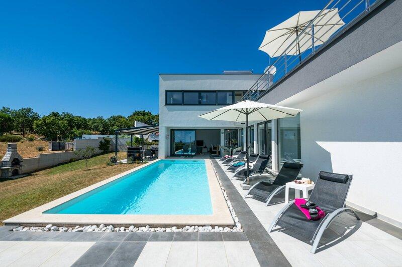 Villa Elsa with pool, casa vacanza a Krnica