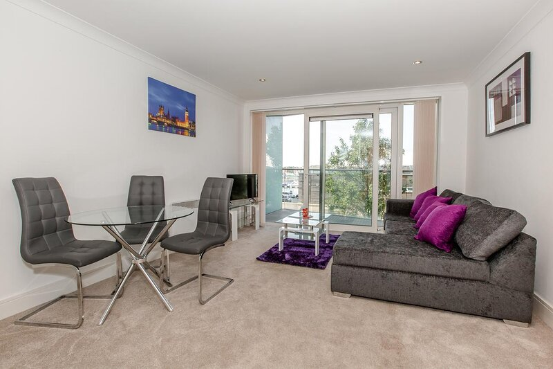 Ipswich Marina Retreat- A lovely apartment on the Marina by Catchpole Stays, holiday rental in Ipswich