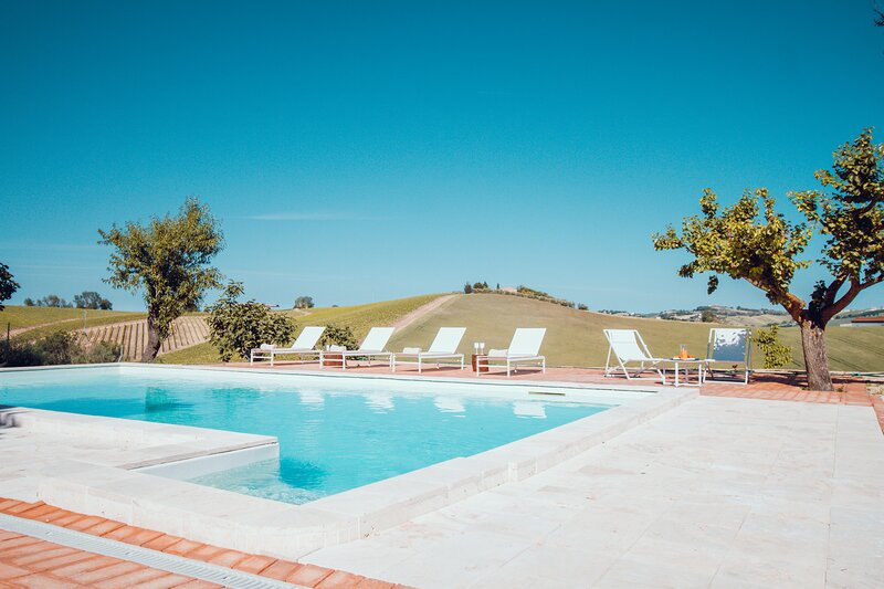 VILLA ROBERTI Exclusive Country House with pool, vacation rental in Macerata