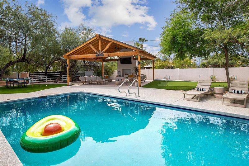 Luxe Desert Compound | Private Pool | Outdoor Bar | Hot Tub, aluguéis de temporada em Paradise Valley