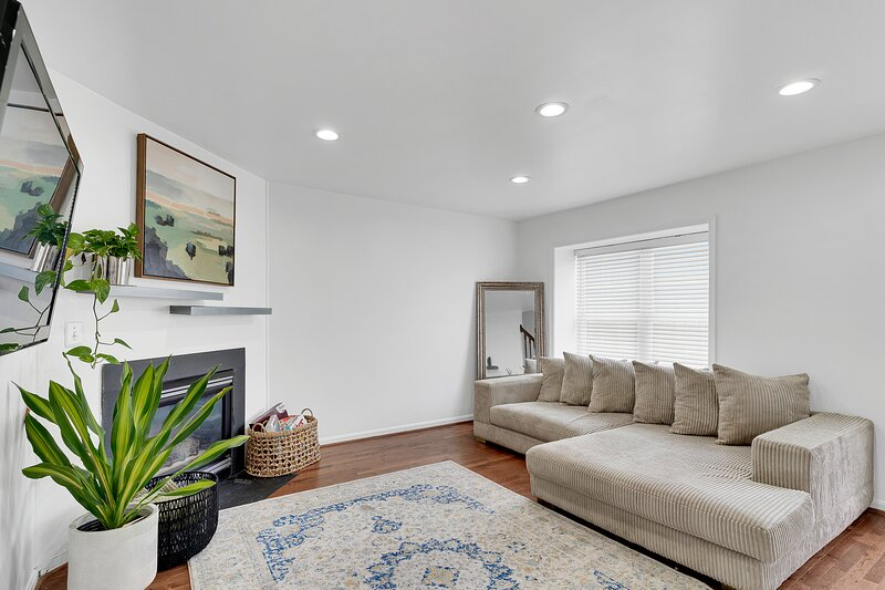 Comfy + Chic Getaway Minutes to Navy Yard, holiday rental in Clinton