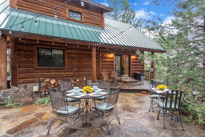 Cabin in The Pines! 3 Levels, Family Game Room, Private Patio, Sweeping Forest V, holiday rental in Bellemont