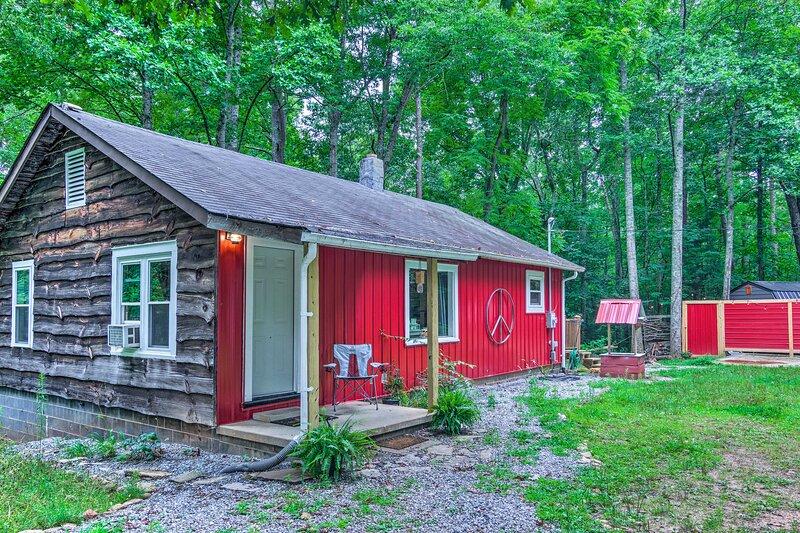 NEW! 'Peace Cabin' in Fletcher: 15 Mi to Asheville, casa vacanza a Fletcher