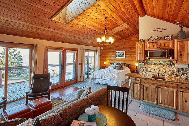 Cozy Schroeder Studio w/Deck on Lake Superior!, location de vacances à Finland