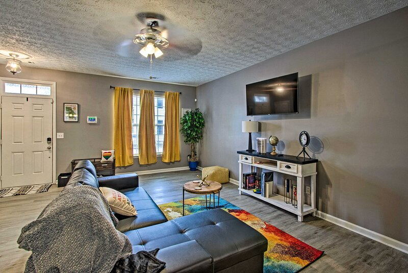 NEW! Bright & Cozy East Point Townhome w/ Patio!, holiday rental in South Fulton