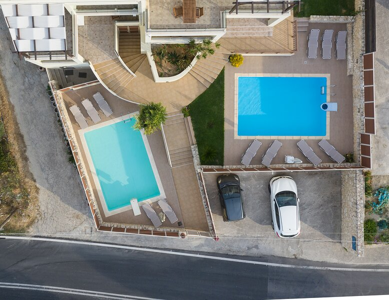 Villa Roussa. Two joined houses for big groups!, holiday rental in Loutra