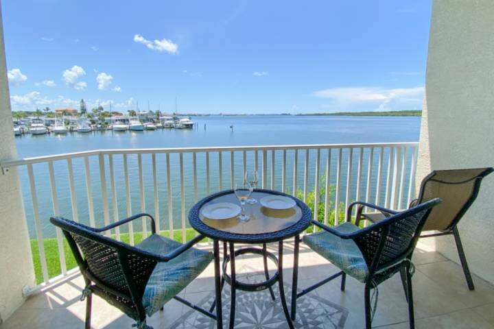 Stunning Waterfront Views of the Bay. Heated Bayside Pool and Hot Tub. Near John, holiday rental in Pinellas Park