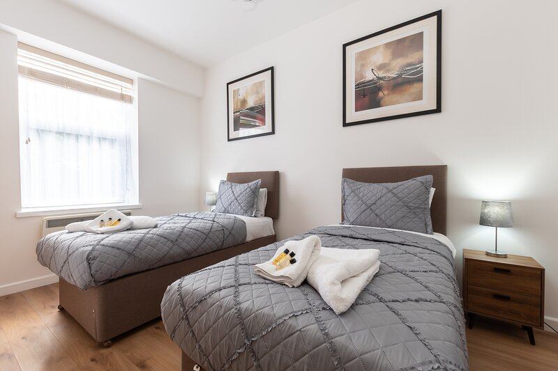 Silver Moon Silver Service Apartaments 2 bed sleep 6, holiday rental in Southampton