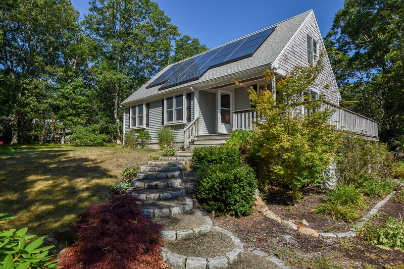 #814: A Quiet Woodland Setting Within a Few Miles of Walking Trails, Ponds, & Ba, holiday rental in East Dennis