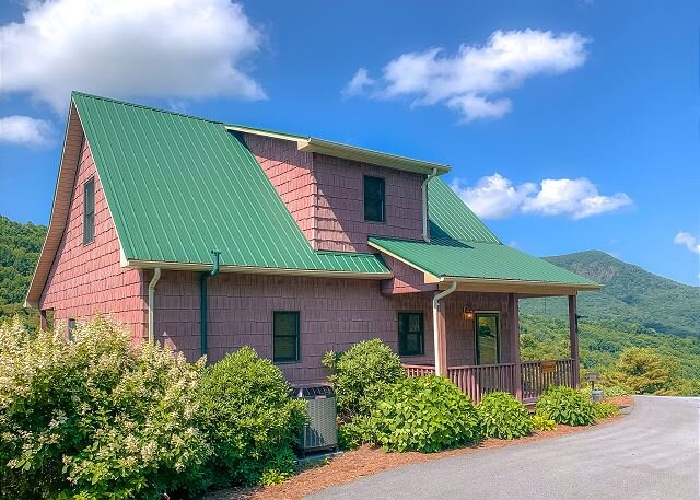 BLUFF MOUNTAIN VIEW - ENJOY LONG RANGE VIEWS FROM THIS 3BR/3BA HOME, holiday rental in West Jefferson