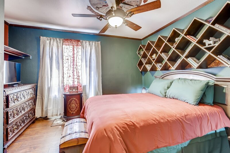 Spacious Tollbrook Manor, close to Fremont, Lake Las Vegas and the Airport, vacation rental in Boulder City