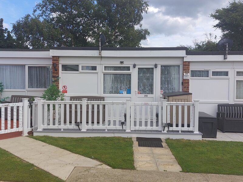 Deluxe Holiday Chalet on Belle Aire Holiday Park Hemsby Great Yarmouth., holiday rental in Hemsby