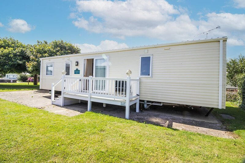 Lovely 8 berth caravan at Hopton Holiday Park to hire in Norfolk ref 80040G, holiday rental in Hopton on Sea