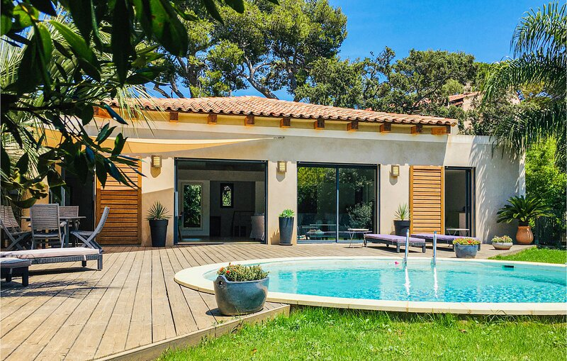 Beautiful home in Giens with WiFi, 3 Bedrooms and Outdoor swimming pool (FCV873), holiday rental in Giens