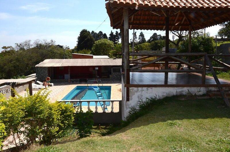 Casa p/ relaxar com piscina e Wi-Fi em Mairinque, holiday rental in Ibiuna