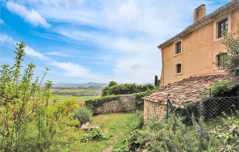 Amazing home in Simiane la Rotonde with Outdoor swimming pool, WiFi and 1 Bedroo, location de vacances à Revest-du-Bion