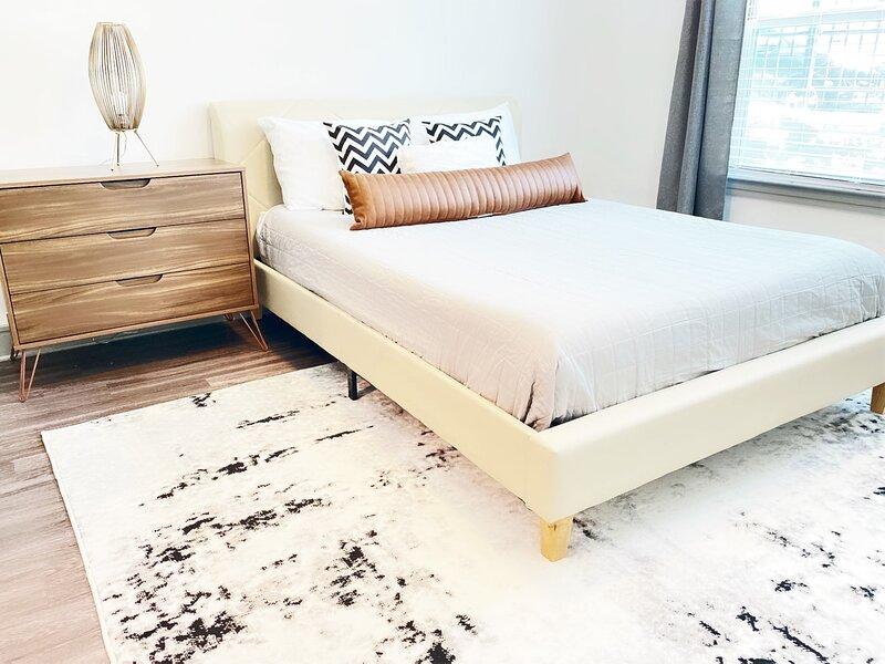Convenient Luxury 1 Bdrm | WALK TO RESTAURANTS!, vacation rental in Sandy Springs
