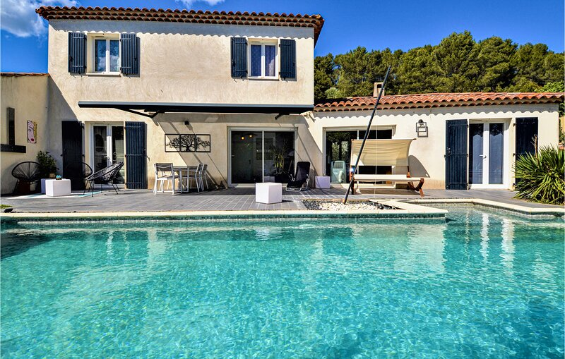 Beautiful home in Meyreuil with Outdoor swimming pool, WiFi and 5 Bedrooms (FPB4, holiday rental in Chateauneuf-le-Rouge