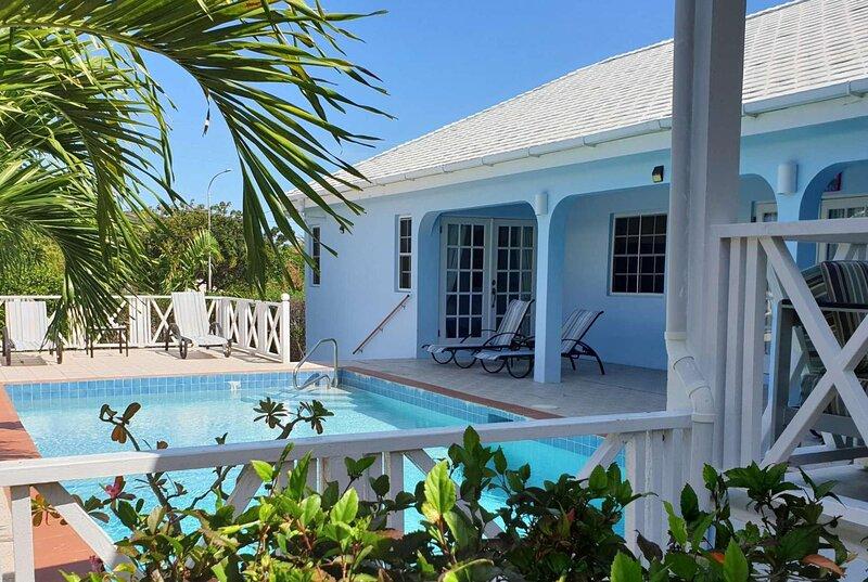 Wrap around terrace, walk to restaurants, full AC, location de vacances à Saint Mary's