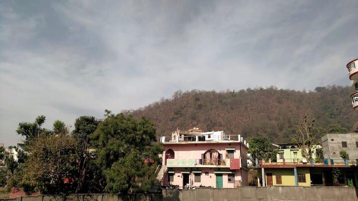 Entire Apartment With Kitchen & Hill View, location de vacances à Haridwar