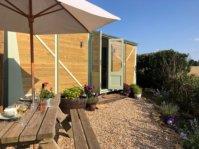 The Railway Carriage, in secluded private gardens with stunning, tranquil views., vacation rental in Upper Seagry