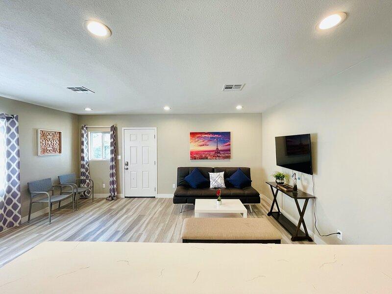 Perfect Duplex Close to Huntington Beach & Little Saigon, casa vacanza a Cypress