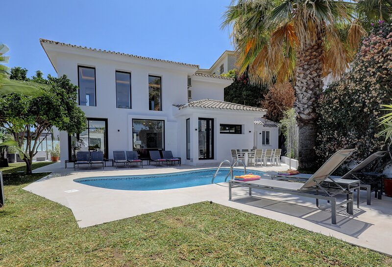 Great post-Covid deals Puerto Banus PRIVATE Villa, PRIVATE heated pool.Sleeps10., holiday rental in Marbella