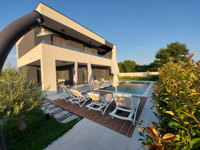 NEW VILLA ANGELO with (sauna,gym,heated pool)!!!, location de vacances à Privlaka