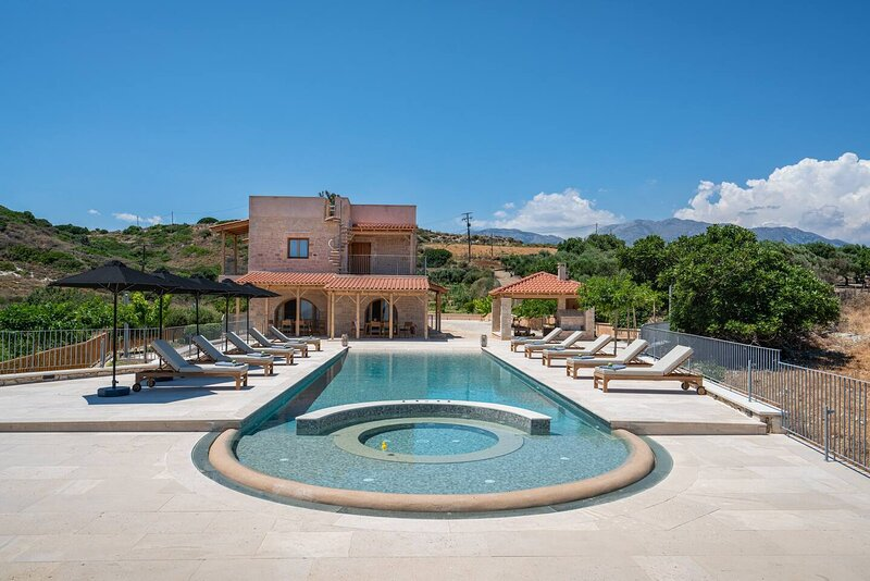 Heated jacuzzi pool 5-Bed Villa in Crete, vakantiewoning in Roustika