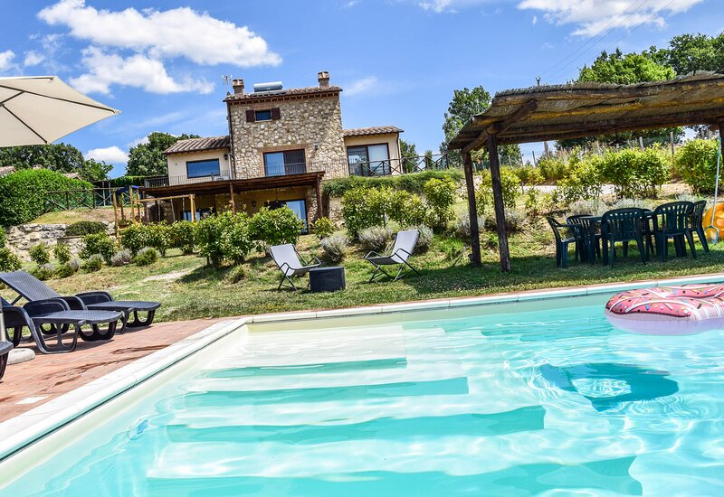 House with private pool, fenced garden 3km from Amelia. Quiet area & nice views, Ferienwohnung in Amelia