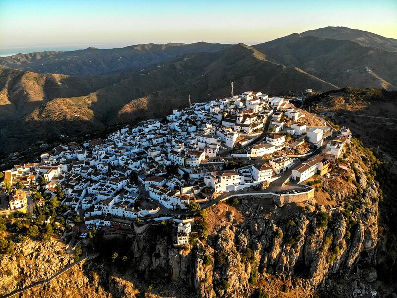 BEAUTIFUL APT, WIFI, SLPS 6, HUGE TERRACE, AMAZING VIEWS,VOTED MAGICAL OF SPAIN!, holiday rental in Almachar