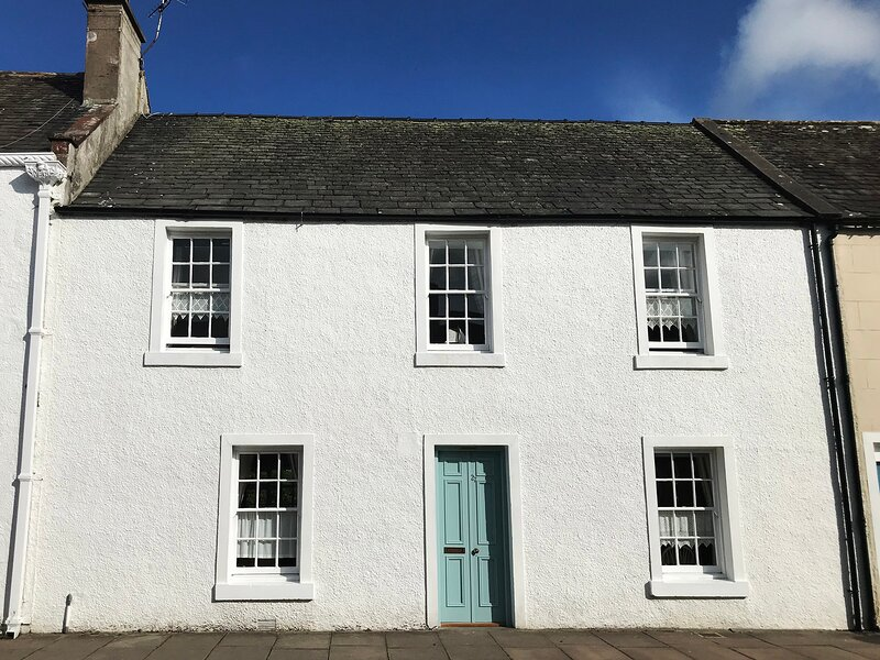 DERMOT COTTAGE, terraced, woodburning stove, conservatory in Gatehouse of, holiday rental in Gatehouse of Fleet
