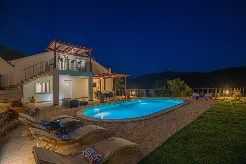 Big house with swimming-pool & Wifi, holiday rental in Jadrtovac