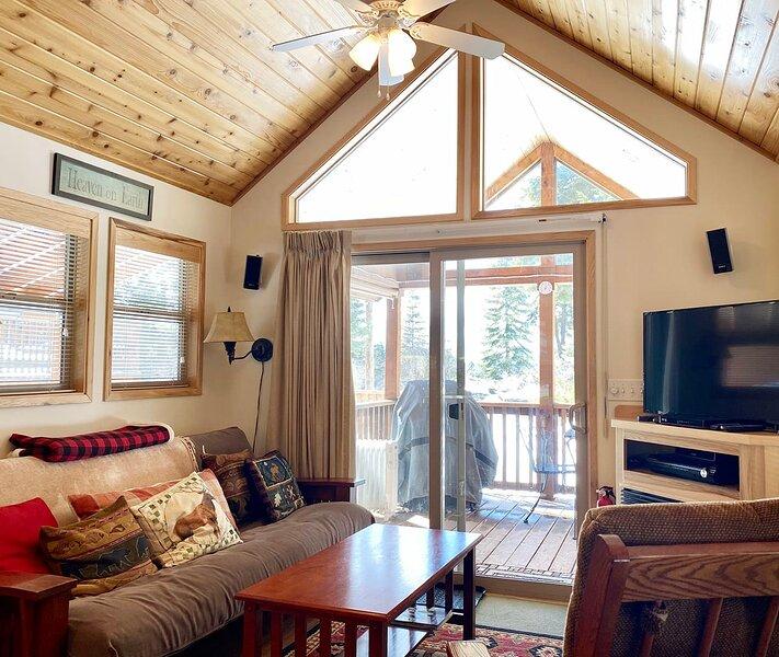 #43 The Cabins at Hyatt Lake ~ Sleeps 4 ~ Hot Tub, holiday rental in Hornbrook