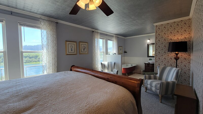 Requa Inn ~ Cathedral Trees Room ~ River Front View, holiday rental in Klamath