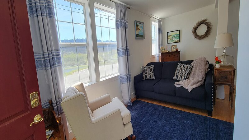 Requa Inn ~ Post Office Suite ~ River View, holiday rental in Klamath