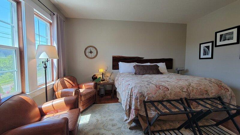 Requa Inn ~ Trillium Room ~ River Front View, holiday rental in Klamath